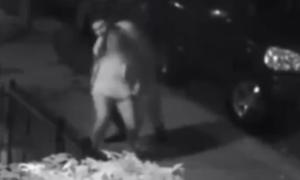 Cô gái tung chân đá kẻ kéo váy trên phố