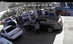 Dừng xế hộp để trộm ví của người đang đổ xăng