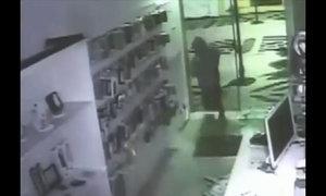 Tên trộm hậu đậu u đầu vì lao vào cửa kính
