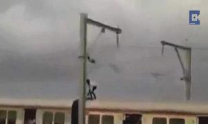 Thanh niên trên nóc tàu cao tốc 'đấu' với đường điện cao thế