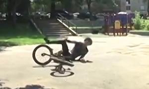 Chàng trai ngã lộn nhào khi cố vượt địa hình bằng xe đạp
