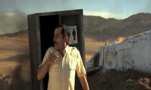 Người đàn ông hốt hoảng khi thấy thảm họa xung quanh