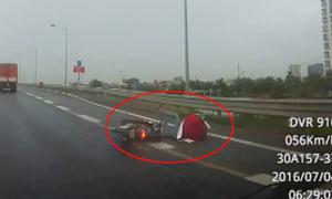 Thanh niên tự  ngã xe máy, trượt dài trên cao tốc