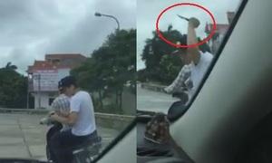 Tài xế ôtô đuổi bắt tên cướp điện thoại cầm dao