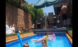 Bể bơi bí mật ở sân vườn