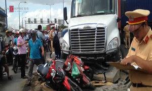 Ôtô và 6 xe máy chờ đèn đỏ bị container húc văng
