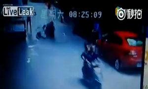 Bệnh nhân tự tử rơi trúng người đi xe đạp điện