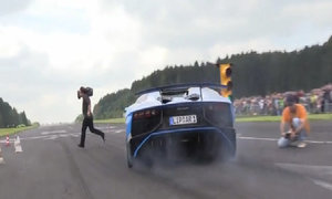 Lamborghini Aventador suýt đâm trúng cameraman