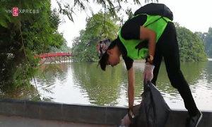 Nhóm bạn trẻ nhặt rác làm sạch Hồ Gươm