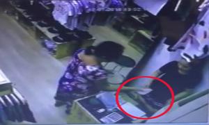 Cô gái nghi bị thôi miên liên tục đưa tiền cho người lạ