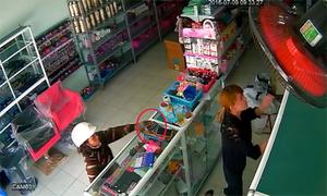 Người phụ nữ mua son tiện tay trộm điện thoại