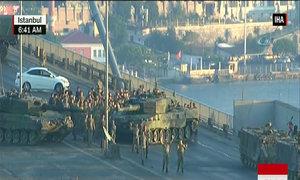 Một số binh sĩ tham gia đảo chính ở Istanbul đầu hàng