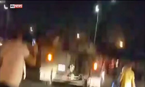 Người dân trèo lên xe tăng gần sân bay Thổ Nhĩ Kỳ