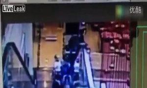 Hai bố con rơi khỏi thang cuốn một cách kỳ lạ