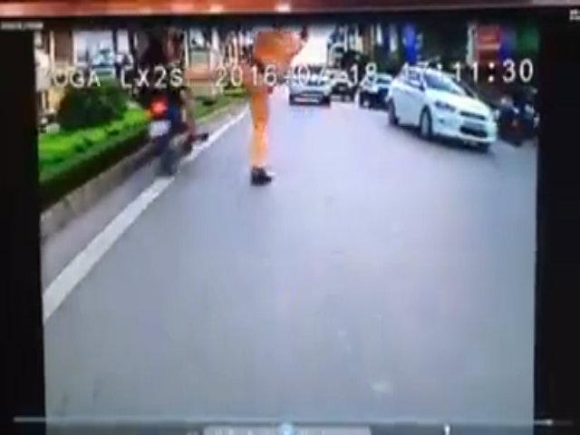 Cảnh sát giao thông giơ chân chặn hai thanh niên chạy ngược chiều