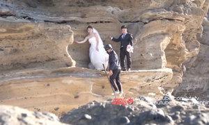 Cô dâu mếu máo khi chụp ảnh cưới trên vách núi