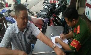 Người Sài Gòn đổi mã tấu, lựu đạn lấy quà