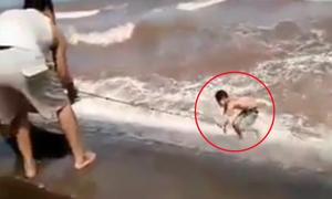 Dân quăng dây cứu thanh niên suýt chết đuối vì tắm biển