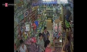 Hai người đàn ông tới siêu thị đe dọa, lấy sữa ném ra đường