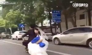 Chú rể làm rơi cô dâu khi chở bằng xe đạp điện