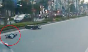 Quái xế nằm gục vì chạy xe máy đánh võng tông ôtô