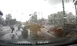 Lốc xoáy quật đổ nhiều ngôi nhà ở Bắc Ninh