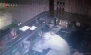Camera ghi hình siêu trộm đột nhập tiệm vàng ở miền Tây