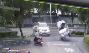 Người đi xe đạp thoát nạn khi chiếc xe lăn vòng qua
