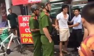 Thanh niên bị khám túi quần giữa phố vì nghi cướp điện thoại