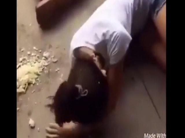 Cô gái ngã dập mặt vì bị chàng trai chơi khăm trong lúc ăn