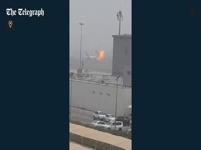 Giây phút máy bay chở 275 người phát nổ trên đường băng Dubai