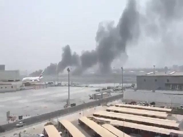 Máy bay chở 275 người hạ cánh khẩn, bốc khói ngùn ngụt