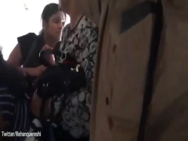 Hành khách nhốn nháo lấy hành lý trước khi máy bay phát nổ
