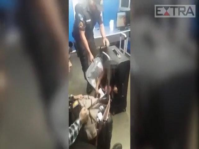 Cậu bé 11 tuổi trốn trong vali, van xin cô gái trẻ nhận nuôi
