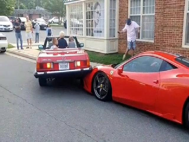 Nữ tài xế lùi Mercedes đè trúng Ferrari