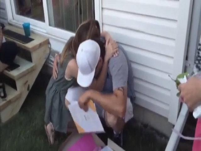 Người đàn ông bật khóc khi con của bạn gái đề nghị nhận nuôi