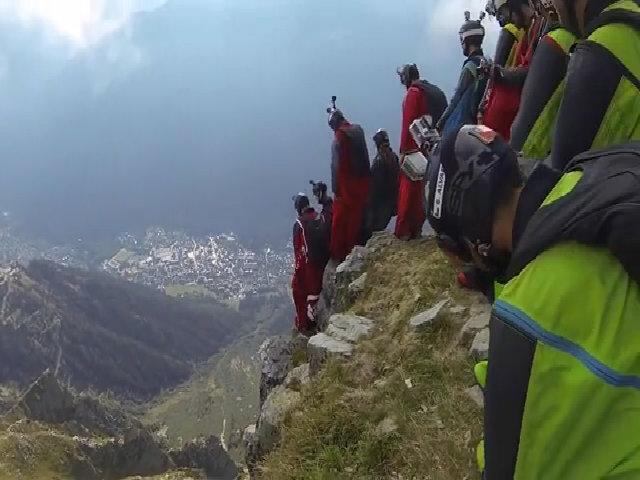 Trò chơi mạo hiểm nhảy từ núi cao 2.500 mét gây sốt mạng xã hội