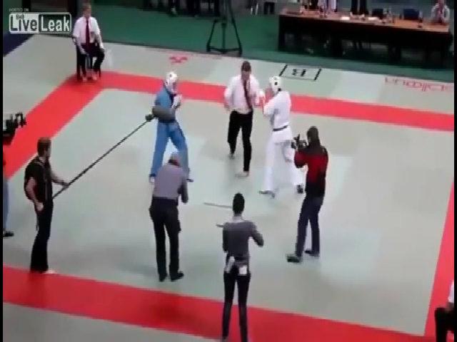 Trọng tài 'tung cước' hạ gục hai võ sĩ Karate ngay trên sàn đấu