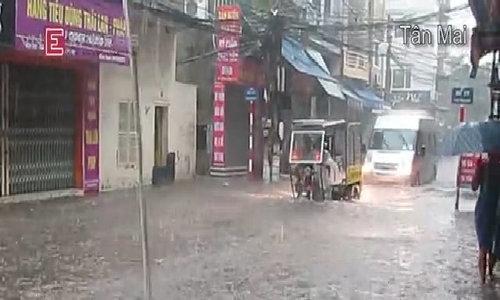 Nhiều phố Hà Nội bị ngập nước