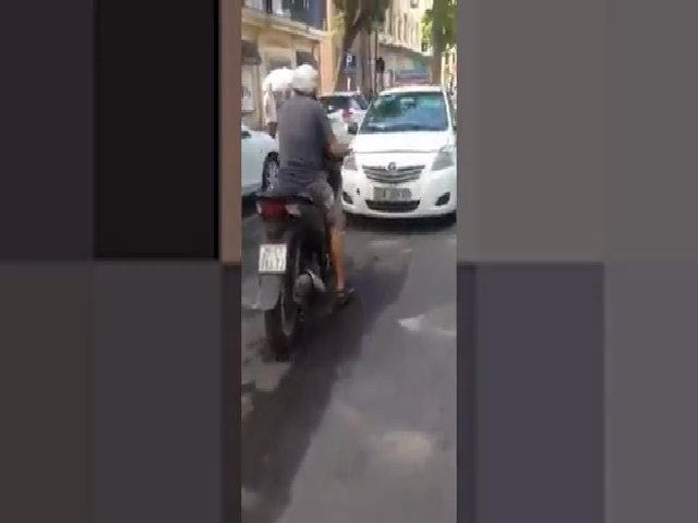 Chạy ngược chiều, taxi bị SH ép đi lùi hàng chục mét