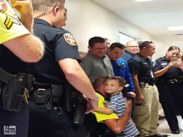 Đội cảnh sát 'hộ tống' bé con của đồng nghiệp hy sinh đến trường