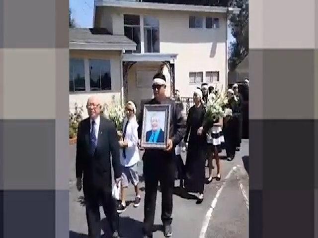 Hoài Linh, Thúy Nga bị 'ném đá' vì chụp ảnh tự sướng sau tang lễ