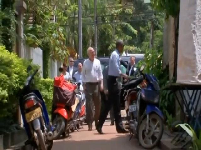 Ông Obama dạo phố, uống nước dừa tại Lào