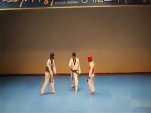 Trọng tài tức giận đánh hai võ sĩ ngay trên sàn đấu
