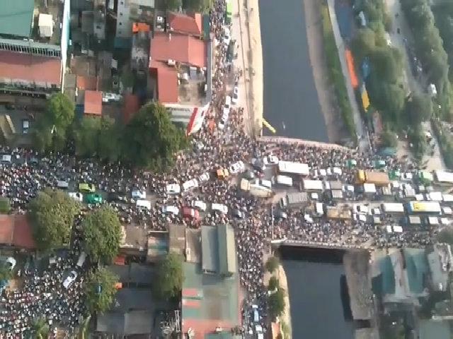 Hàng nghìn người chen chúc như kiến vì kẹt xe Hà Nội