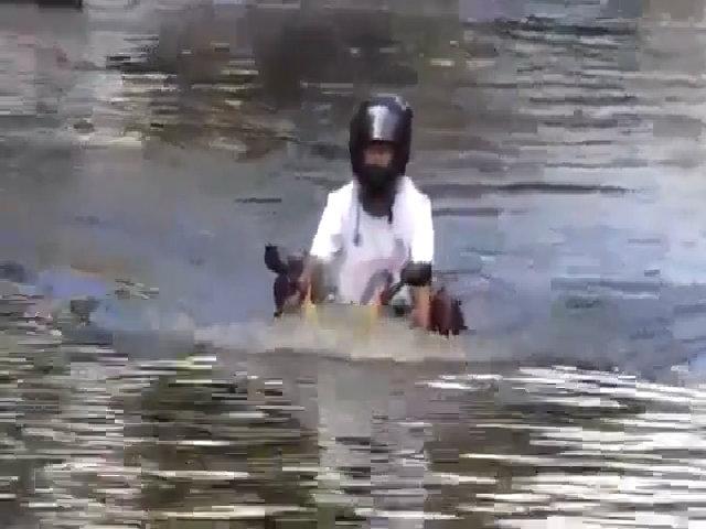 Môtô lội nước ngập ngang yên