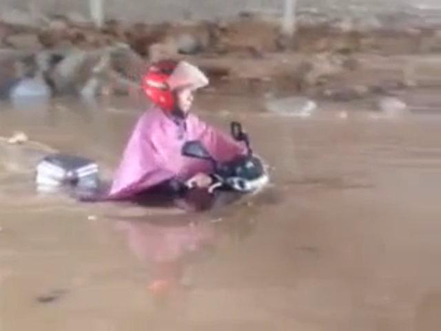 "Xe máy ""lặn"" trong nước ngập"