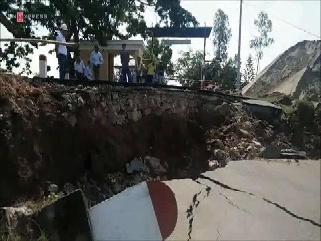 Cầu phao sông Hóa tê liệt vì bị sạt nở nghiêm trọng