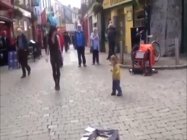 Em bé bắt chước điệu nhảy trên phố gây sốt