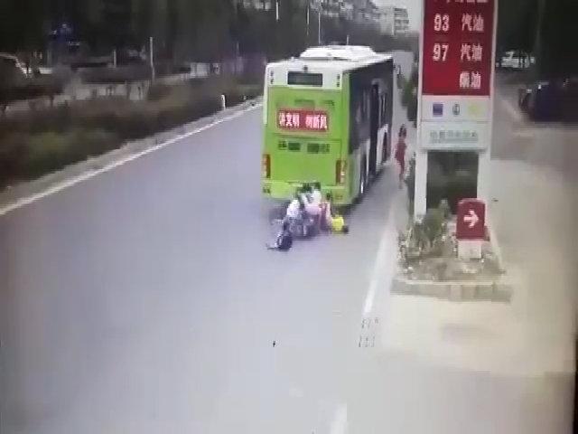 Xe máy chở 4 người lao vào đuôi xe buýt